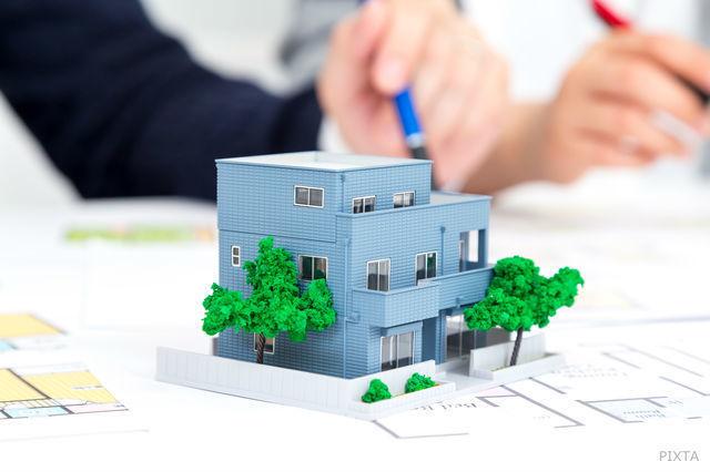 模型を見ながら住宅について相談する