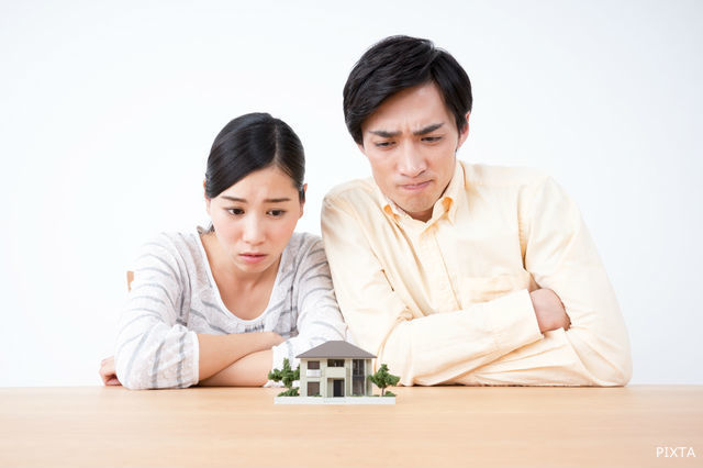 住宅について悩むカップル