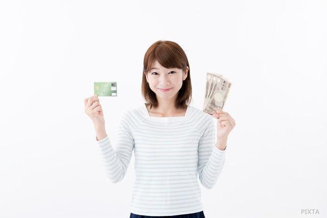 クレジットカードと現金を持つ女性