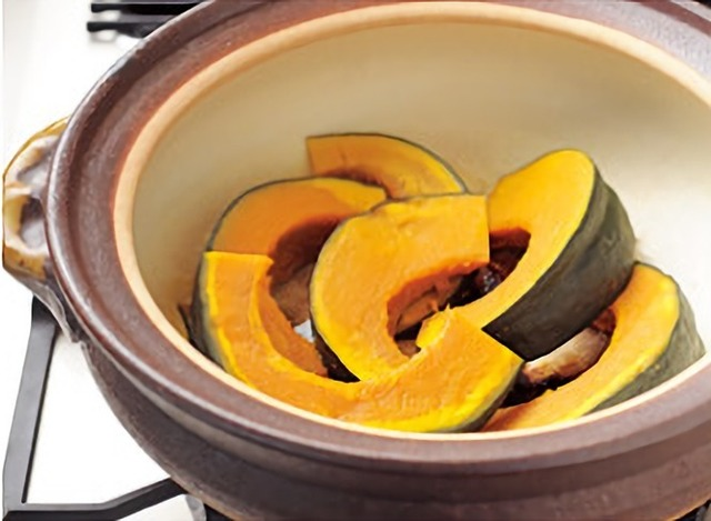 土鍋の中のかぼちゃ