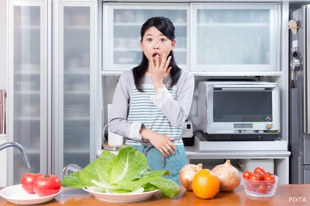 野菜を見て驚く女性
