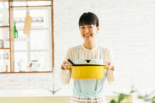 お鍋を持つ女性