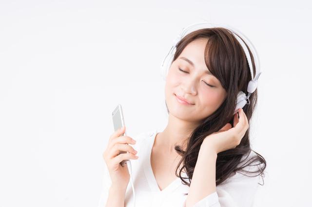 オーディオブックを聞く女性