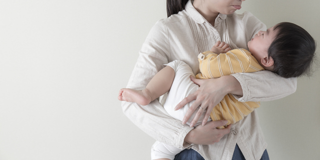 子どもを抱っこする