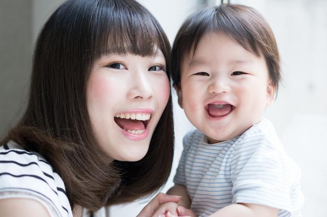 笑顔の母子