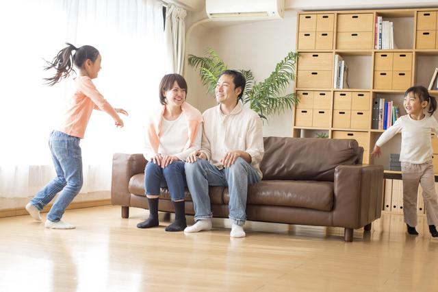 部屋で過ごす家族
