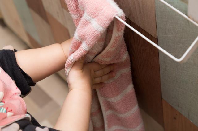 タオルで手を拭く