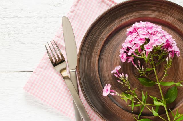 食器に花を飾る