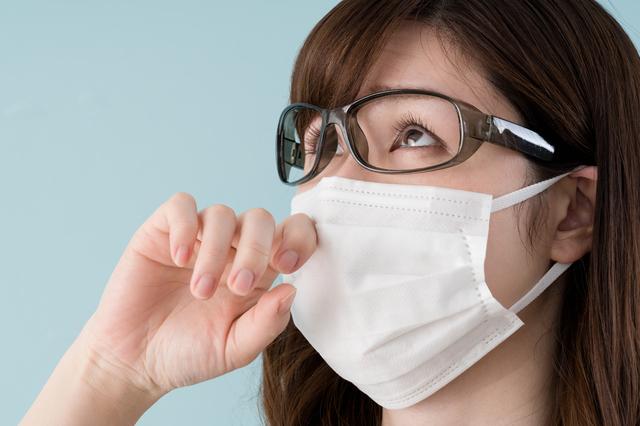 マスクをつけたメガネの女性