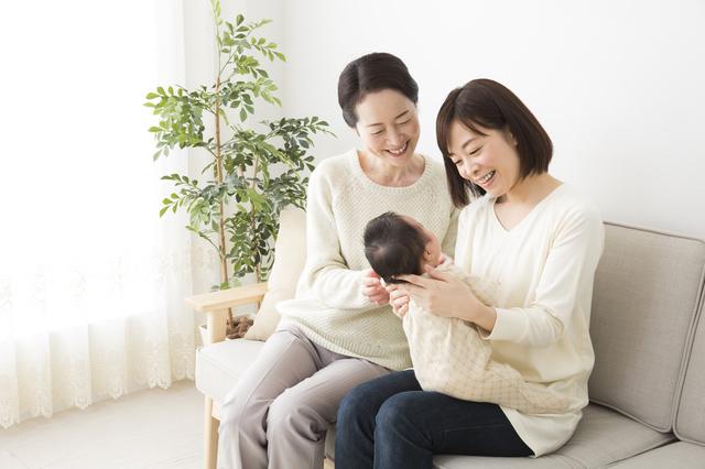 赤ちゃんを見つめる女性たち