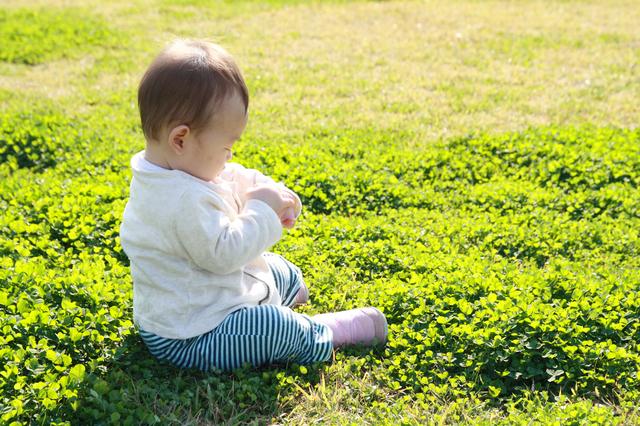 芝生の上に座る赤ちゃん