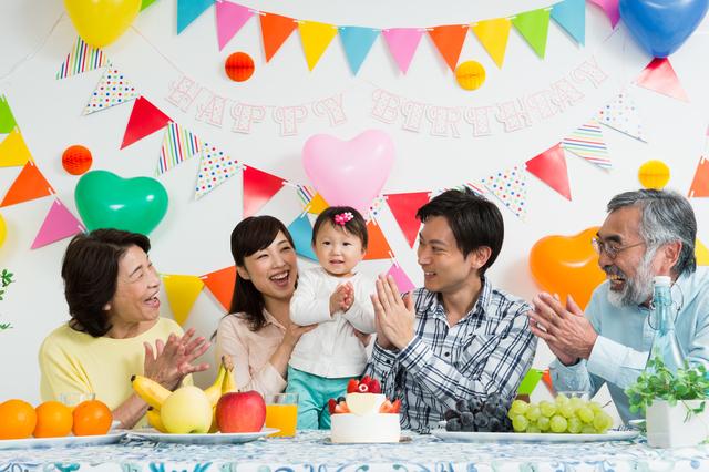 赤ちゃんのお誕生日を祝う様子