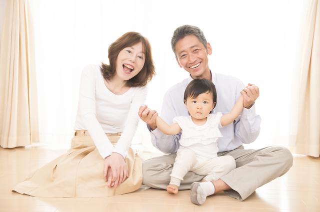 赤ちゃんと触れ合う祖父母