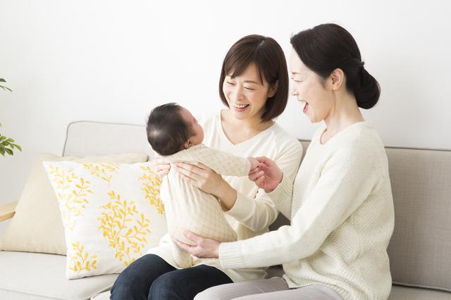 赤ちゃんと触れ合う女性たち