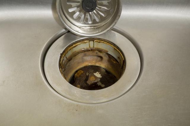 汚れたキッチンシンクの排水口