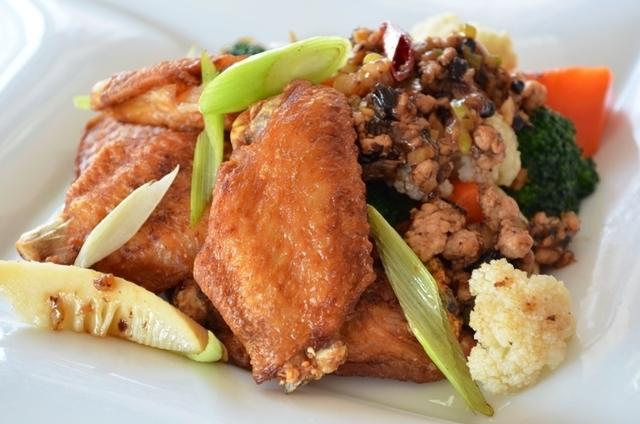 鶏手羽と季節野菜の黒豆ソース