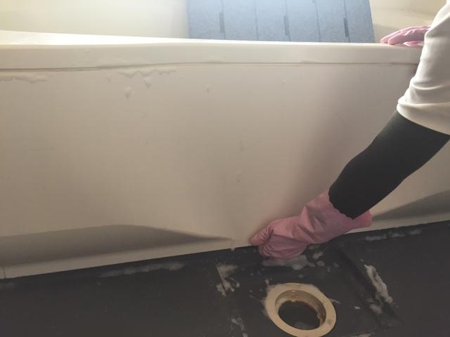浴槽のエプロンを外して掃除