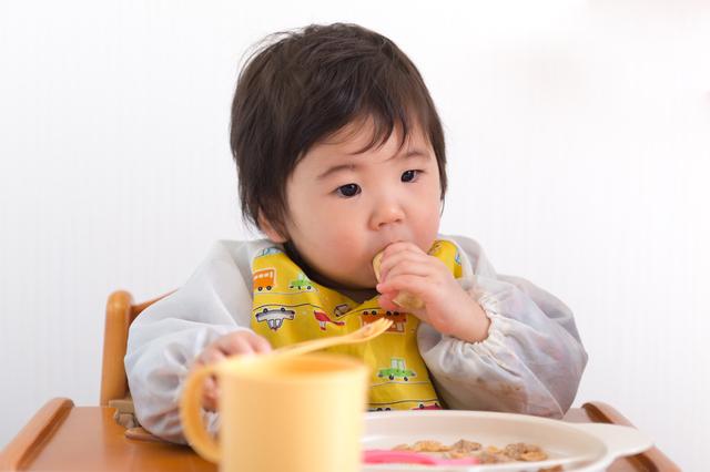 ひとりで食事する赤ちゃん
