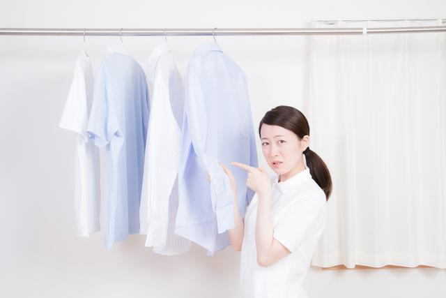 洗濯物を指差す人