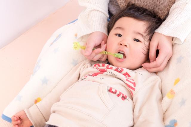 歯磨きをされる子ども