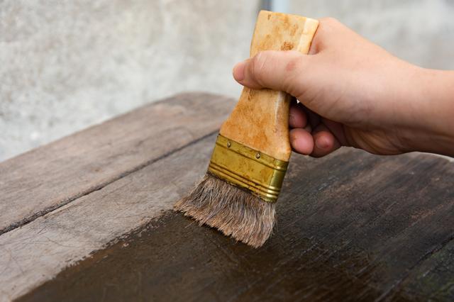 木材を塗る