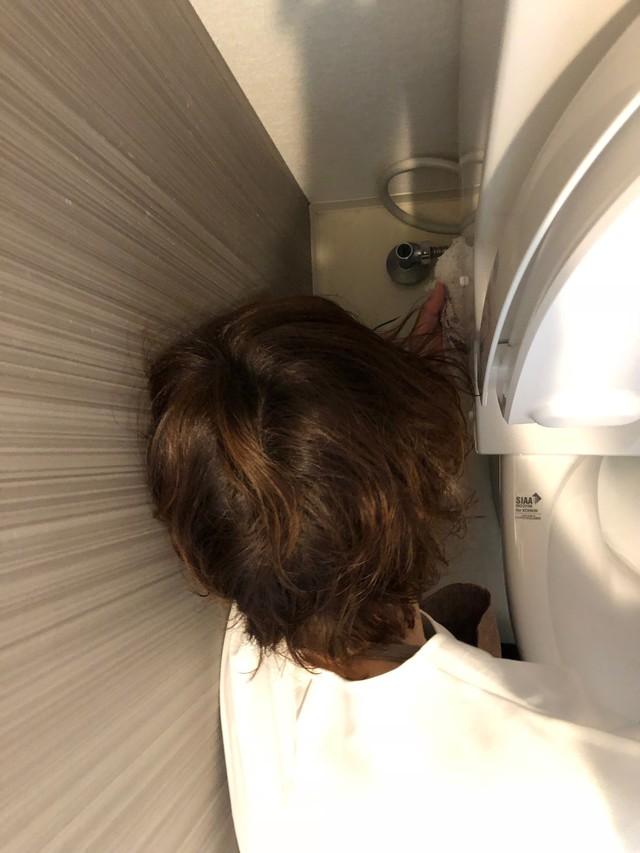 便器の裏を水拭きする