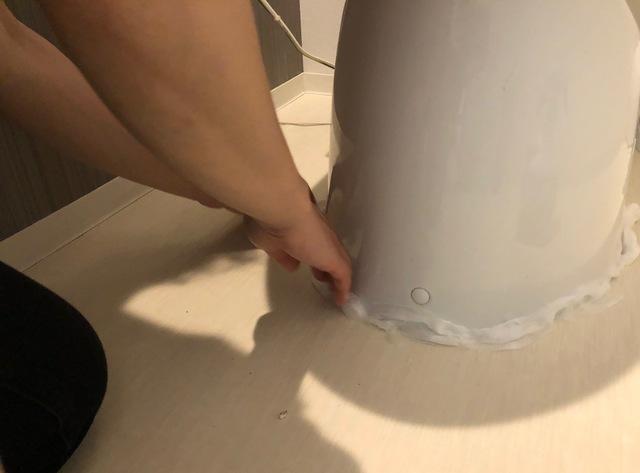 便器と床の境目にトイレットペーパーを貼り付ける
