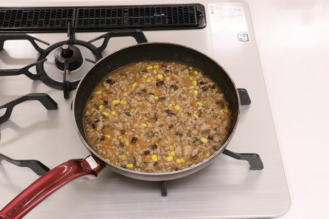 トウモロコシを加えて軽く煮る