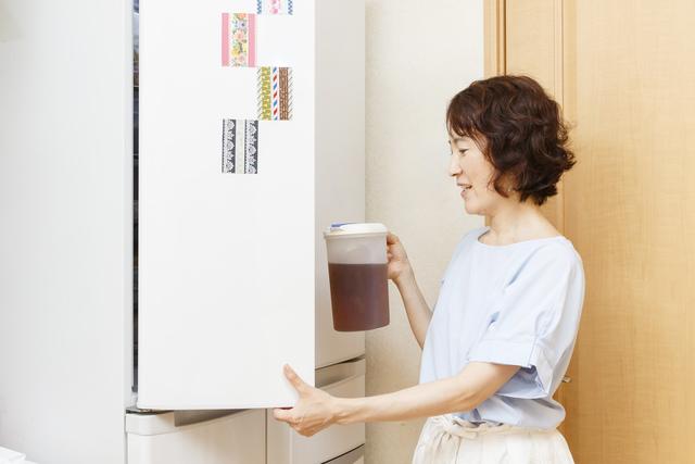 冷蔵庫を開ける林さん