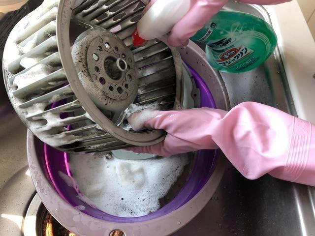 シロッコファンにアルカリ性洗剤をスプレーする