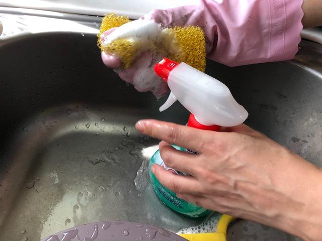 スポンジにアルカリ性洗剤をスプレーする