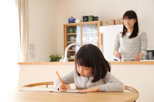 リビングで勉強する子ども