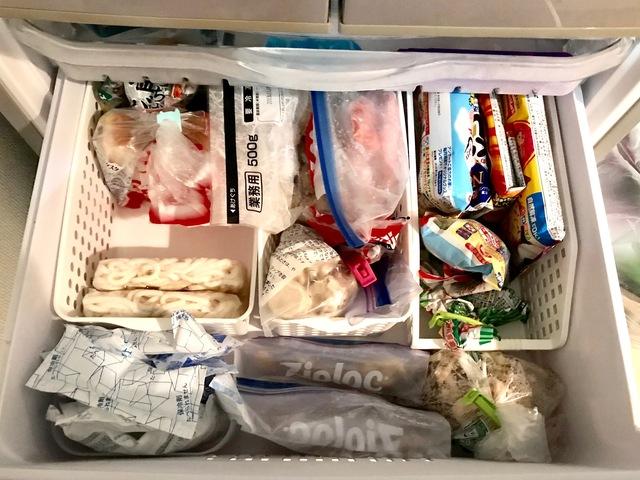 食材を整理して冷蔵庫にしまう