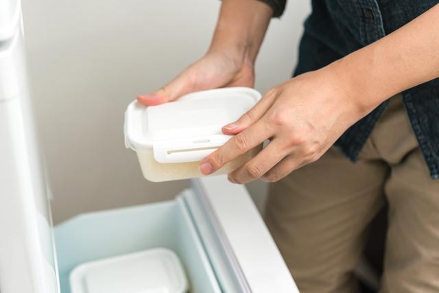 保存容器に入れたものを冷蔵庫にしまう