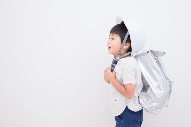非常用持ち出しバッグを持つ子ども