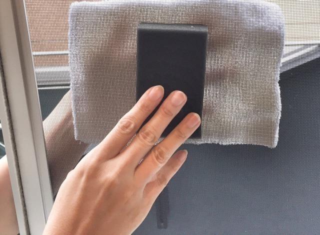 裏側を雑巾で当てながらスポンジでこする