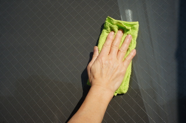 雑巾で水拭きする
