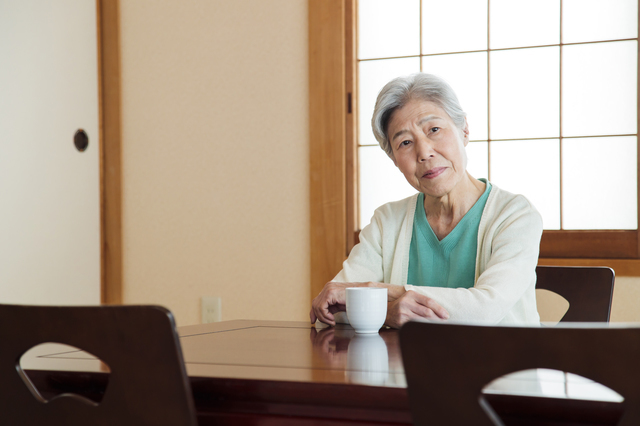 浮かない顔の高齢の女性