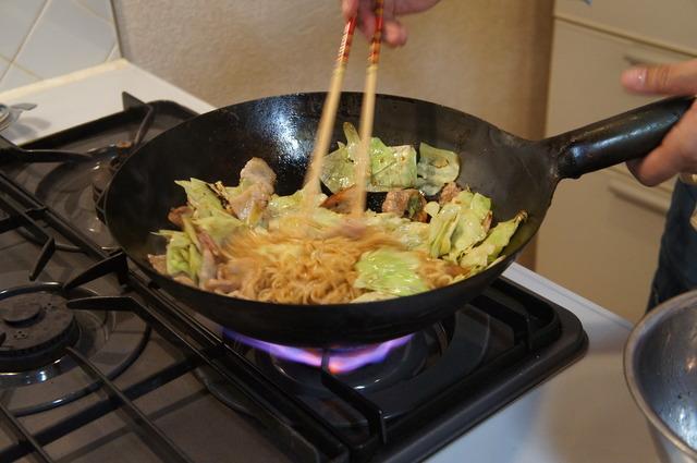 肉と麺を戻して炒める