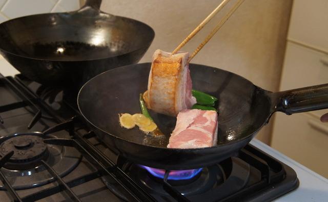 豚バラ肉に焼き目をつける