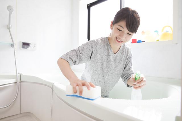 笑顔で風呂掃除
