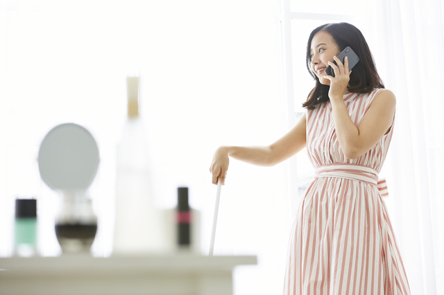 電話しながら家事をする様子