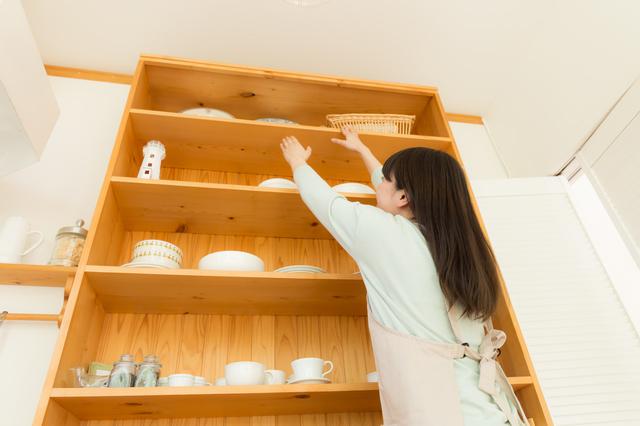 背の高い食器棚