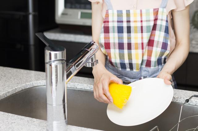 マスタード色のスポンジで皿洗い