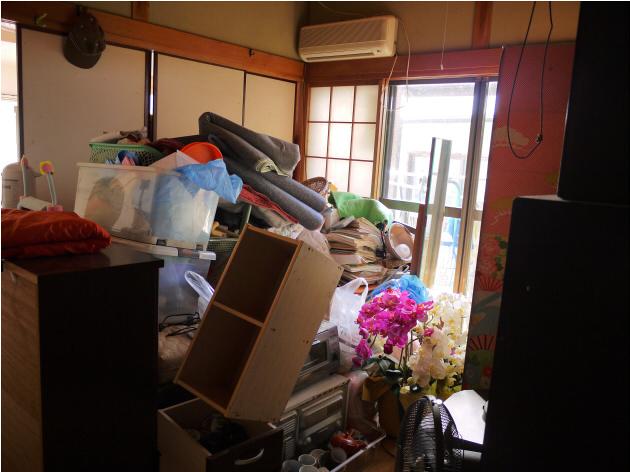 物で溢れかえる部屋