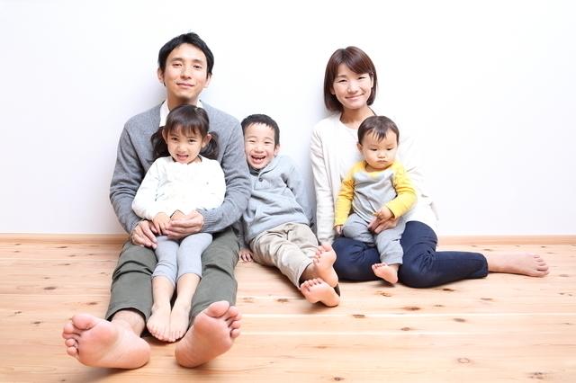 床に座る家族