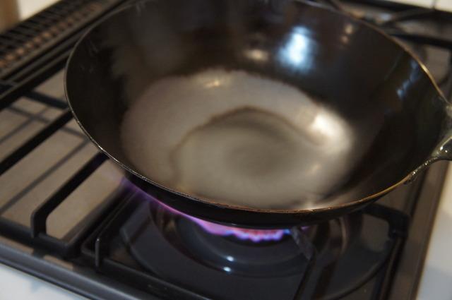 錆止め加工を焼き切る「空焼き」中の中華鍋