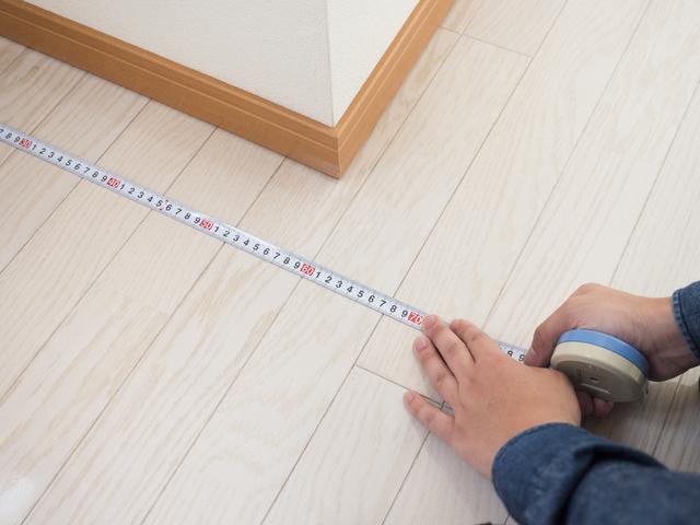 床をメジャーで測る