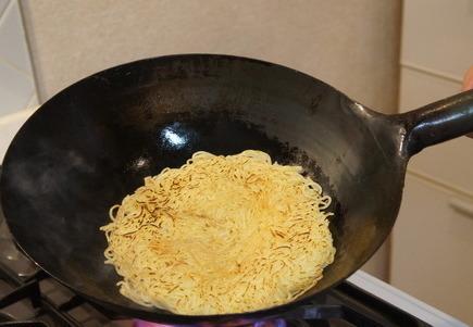 麺に焼き色をつける