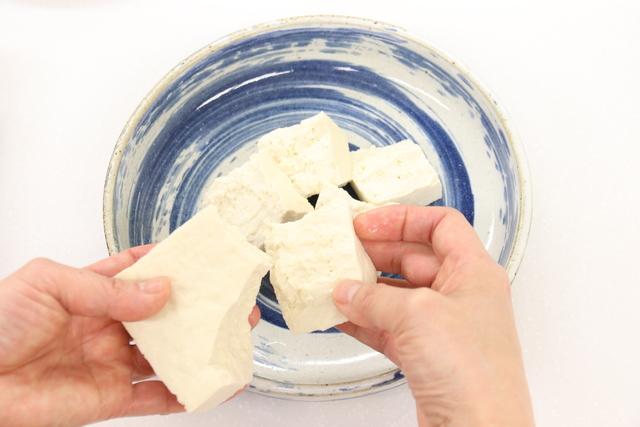 豆腐を大きくくずしながら盛り付ける